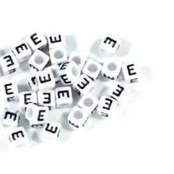 4 db Fehér színű, kocka alakú E betű gyöngy