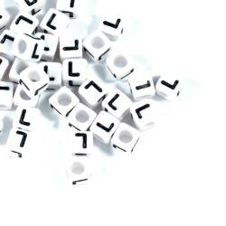 Fehér színű, kocka alakú L betű gyöngy