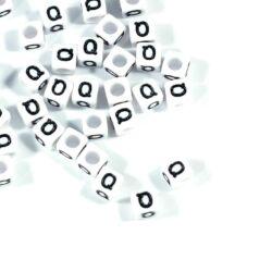 Fehér színű, kocka alakú Q betű gyöngy