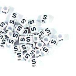 4 db Fehér színű, kocka alakú S betű gyöngy