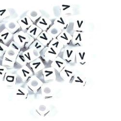 Fehér színű, kocka alakú V betű gyöngy