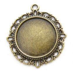 Antikolt bronz színű kerek csipkés medál, kaboson foglalat NIKKELMENTES