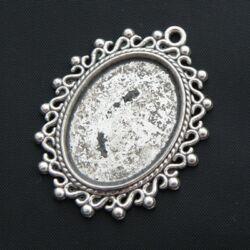 Antikolt ezüst színű ovális csipkés medál kaboson foglalat 18x25 mm NIKKELMENTES