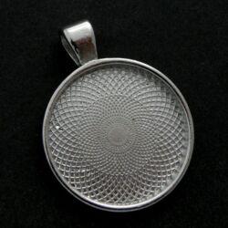 Antikolt ezüst színű robosztus medál, kaboson foglalat 25 mm NIKKELMENTES