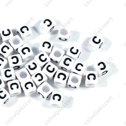 Fehér színű, kocka alakú C betű gyöngy