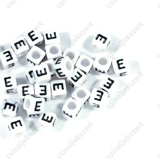 Fehér színű, kocka alakú E betű gyöngy