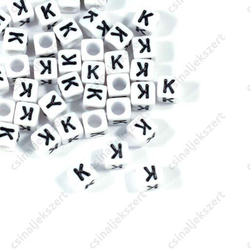 Fehér színű, kocka alakú K betű gyöngy