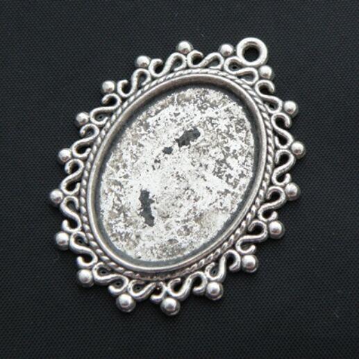 Antikolt ezüst színű ovális csipkés medál kaboson foglalat 18x25 mm